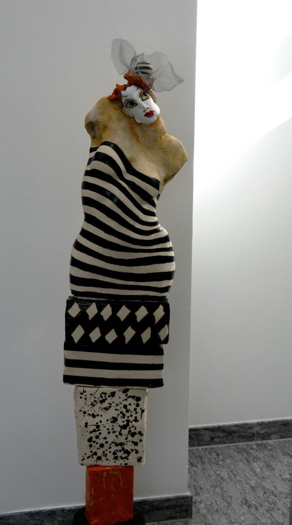 artistin-keramik-glasiert-und-patiniert-ca-150cmauf-metallsockel-2012
