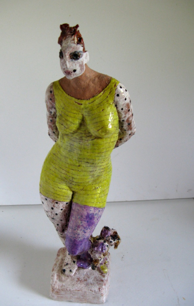 artistin-mit-buntem-hund-und-ball-2014-paperclay-glasiert